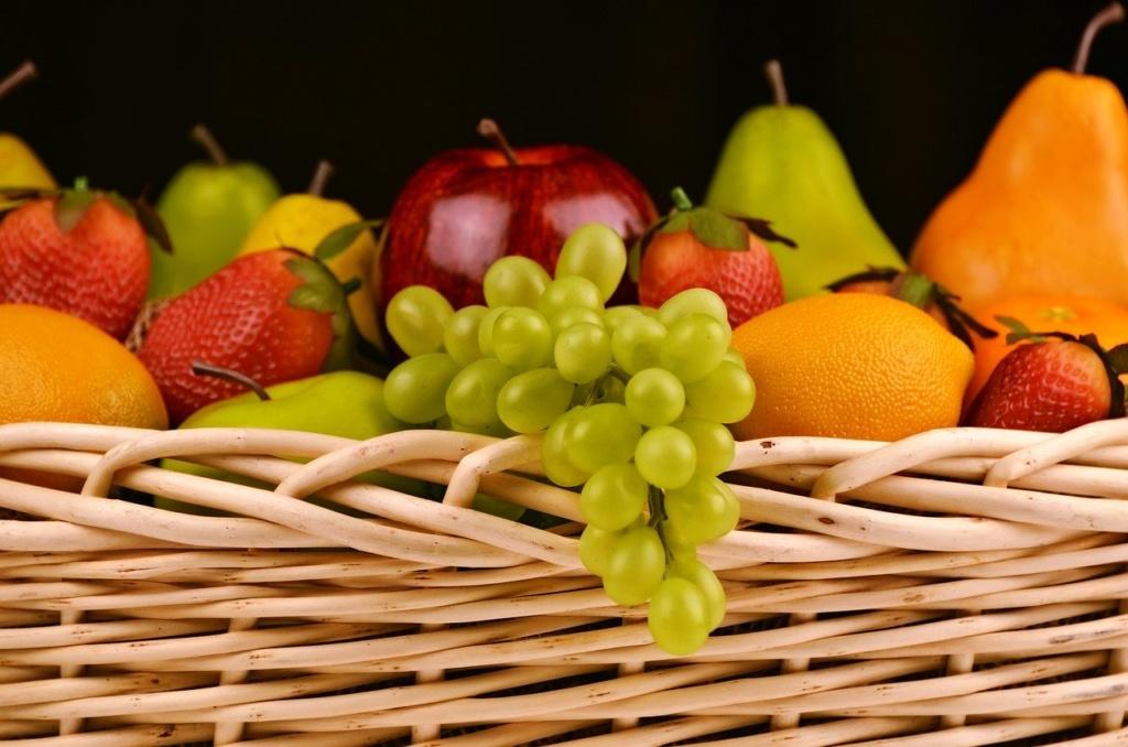 Obstkorb Trauben Erdbeeren Birne Orange
